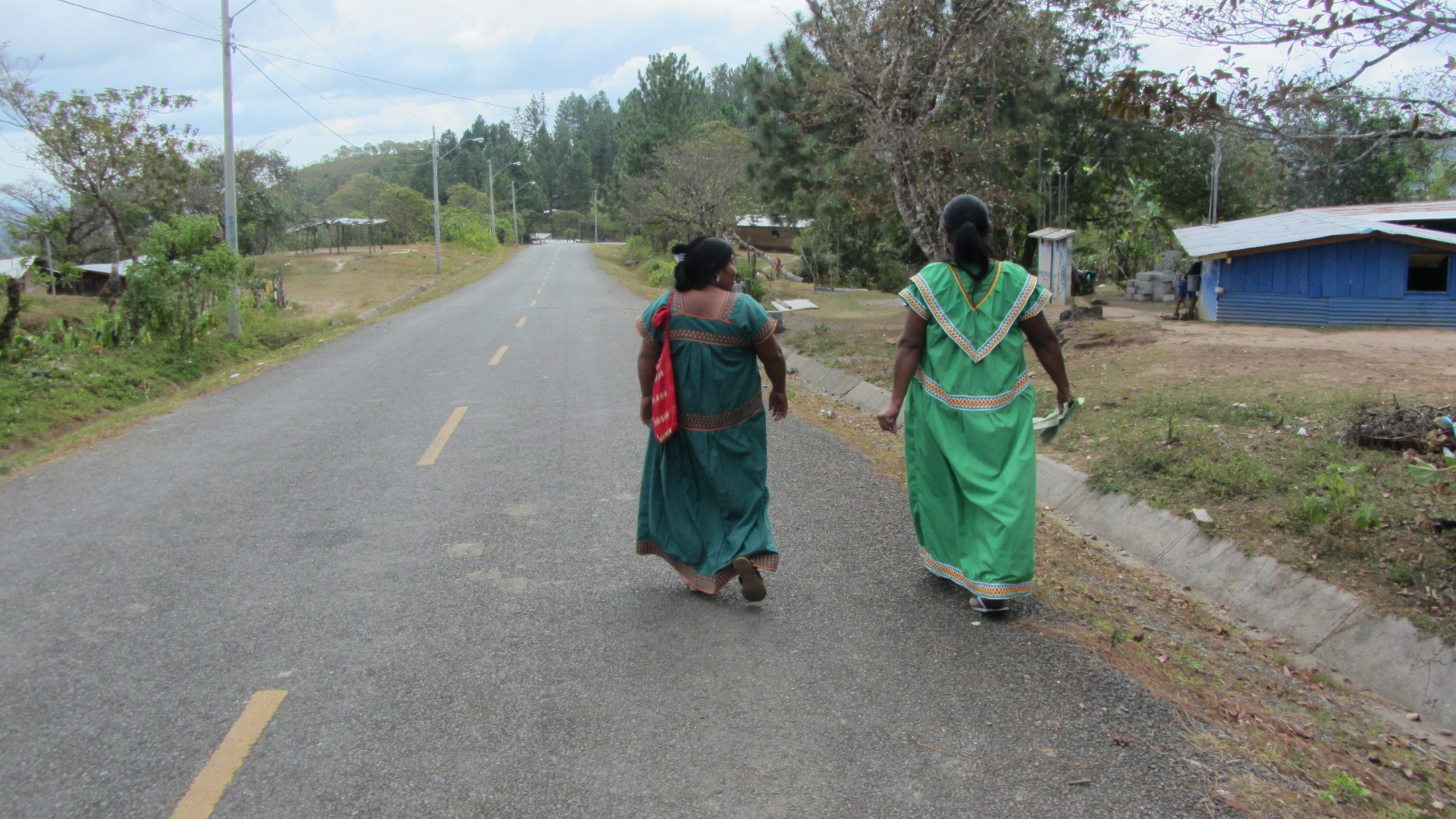 Ngöbe-Buglé women walking in Hato Chamí